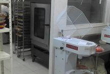 Cozinha Industrial / Cozinha industrial com ênfase em catering e confeitaria. Fogão 6 bocas duplas. Armários esqueletos para os bolos e os indispensáveis carros de apoio.