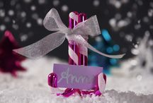 Happy Holidays / Mit vielen bunten Farben und glänzenden Accessoires hat man ganz schnell eine fröhliche Winterzeit.