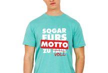 Style dein Abschluss-Shirt! / Motiv+Shirt=perfekte Kombi! Lasst euch von unseren besten Abschlussmotiven und der neuen Kollektion inspirieren. Abschluss-Shirts finden ganz easy mit eurer Schuldruckerei.