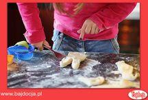 6 pomysłów na zabawki domowej roboty / Zabawy substancjami plastycznymi, poza tym że sprawiają dziecku wiele radości, w niezwykle pozytywny sposób wpływają na jego rozwój. Podczas takiej zabawy dzieci przeżywają pozytywne emocje, relaksują się, odreagowują stresy, nabierają wiary we własne możliwości. Zabawy masami plastycznymi są także okazją do ćwiczenia zmysłów, poprawiają sprawność manualną, koordynację wzrokowo-ruchową oraz umiejętność koncentracji uwagi. Rozwijają również wyobraźnię, pomysłowość i fantazję dzieci.