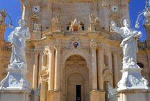 Málta / Málta és testvérszigetei, Gozo és Comino a Földközi-tenger szigetvilágának méltán kiemelkedő nyaralóhelye, mely Szicília partjaitól délre, végeláthatatlan történelmi látnivalókkal várja a tenger, a napsütés és a kultúra szerelmeseit. #Malta