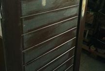 Renovace starých sklepních dveří / Renovace a předělání dveří na zasunovací dveře. Vyrobení a natření horní vodící desky do vzoru dřeva.  Vyrobení podsvětleného označení koupelny.