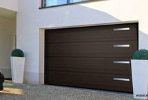 Bramy segmentowe WIŚNIOWSKI / Brama segmentowa zapewnia wyjątkowy komfort termiczny iakustyczny. Decyduje otym konstrukcja płaszcza bramy wykonana zpaneli wypełnionych pianką termoizolacyjną, system uszczelnień na całym obwodzie i uszczelnienia międzypanelowe oraz nieprzemarzająca ościeżnica dolegająca całą płaszczyzną do ściany garażu. Wybierając bramę segmentową WIŚNIOWSKI zyskujesz ochronę budynku idomowników przed zimnem ihałasem.