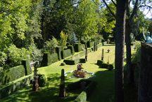 Die Gärten der Gamburg / Der Barockgarten der Gamburg mit seinem Nymphenbrunnen und seinem stimmungsvollen Lichtkonzept ist als Teil einer Burganlage, und somit als Burgpark, in Deutschland so gut wie einzigartig. Seit den letzten Jahrzehnten wird er nach alten Vorlagen wiederbelebt und weiterentwickelt und profitiert vom besonders milden Klima des lieblichen Taubertals sowie den Ausläufern eines nahen Naturschutzgebietes. Ebenso das Café des statuen- und wappengeschmückten Burghofs mit seinen mediterranen Planzen.