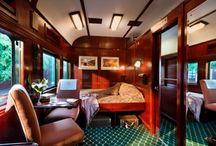 Luxus auf der Schiene / Auch bei einer Safari mit dem Zug erwartet Afrikafreunde ein unvergessliches Buscherlebnis. Mit Rovos Rail können Reisende in Südafrika zum Beispiel bei einer Fahrt von Pretoria nach Durban das riesige Naturreservat Nambiti erkunden.