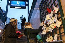 Guerilla Marketing Rosenthaler Platz Berlin für Valentinstag / Um die Berliner an den Valentinstag zu erinnern, haben wir uns auf den Weg zum Rosenthaler Platz in Mitte gemacht und alle vier Ausgänge mit Hilfe unserer Freunde verschönert. Es gab ein Schokoherz und einen Flyer mit Comic zu Paul, der seiner Freundin Sabine jedes Jahr auf's Neue einen Kochlöffel schenkt und damit gewaltig Groll erntet. Mit bow & arrow events wäre ihm das natürlich nicht passiert. Das Video zur Aktion gibt es hier:  https://www.youtube.com/watch?v=wZAJnzkQjxU