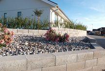 Scala Blokk / n mur rammer inn, avgrenser og binder sammen. Den blir automatisk et naturlig blikkfang. Avhengig av form, farge og struktur framheves eller harmoniserer muren med resten av det omliggende miljøet. Et kjedelig miljø kan forandres drastisk ved hjelp av en frittstående mur eller en støttemur og gi et helt annet inntrykk. Skrånende tomter blir vakrere og mer praktiske takket være våre støttemurer som bygger opp nivåskiller og terrasseringer.