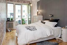 Jak urządzić małą sypialnię w stylu skandynawskim  / Jak urządzić małą sypialnię ? Może w stylu skandynawskich - klasycznie i w jasnych kolorach. Optycznie powiększy nam to przestrzeń. Co umieścić w sypialni oprócz wygodnego łóżka? W zależności od miejsca: nocną szafkę, szafę, komodę, toaletkę i kilka dodatków rozweselających wnętrze. Jednak nie warto eksponować zbyt wiele przedmiotów, by przestrzeń nam się optycznie nie pomniejszyła.
