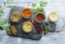 """Les légumivores pour les accros de l'apéro / La collection Légumivores sont des recettes originales à déguster lors des apéritifs dinatoires, à tartiner ou à """"diper"""" ou pour compléter le dressage d'un plat. Toutes nos recettes sont cuisinées avec des légumes de saison à pleine maturité, sans aucune matière d'origine animale et associent toute l'expertise de SUR LES QUAIS en matière d'épices."""