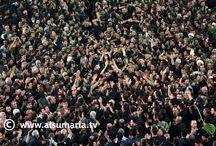 تضحية وحرية وأكف مرفوعة للسماء في عاشوراء / بقلوب مليئة بالشجن والحزن والإيمان التام، يحتشد ملايين المسلمين عند مرقدي الإمام الحسين وشقيقه العباس (عليهما السلام) في مدينة كربلاء، وسط أجواء روحانية تفيض بالعبرات. وليس للمحتشدين هم إلا التعبير عن حبهم لسبط الرسول الأعظم (ص)، وإحياء ذكرى استشهاده في واقعة الطف التي جرت في 10 محرم سنة 61 للهجرة 680 م، بعد أن ثار على الظلم والجور في عهد يزيد بن معاوية، وتركت للإنسانية جمعاء مبادئ كثيرة كالتضحية والحق والحرية.