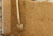 Architecture de terre crue en Bretagne / chantier, construction et détail constructif de bâtiment en terre crue et particulièrement en bauge. Cob building in Brittany