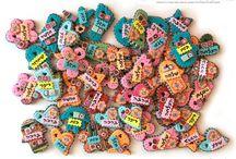 Creative Gifts   Iris Mishly איריס משלי / מעצבת מתנות שזוכרים ❤ עטים מעוצבים, מחזיקי מפתחות, קישוטי תיקים, סימניות, מגנטים ופריטי תלייה על קיר. מוצרים צבעוניים, מעוצבים וסופר שימושיים! ❤  איריס, 0522795650