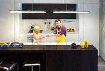 """Кухня """"ДАРВИН"""" / Кухня «Дарвин» создана специально для студийных решений, где кухня совмещается с гостиной. Пространство легко трансформируется благодаря инновационным функциональным элементам: выдвижная система дверей полностью закрывает рабочую зону, а выдвижном баре можно разместить кухонные аксессуары и специи.  В кухне предусмотрены две большие рабочие поверхности – в основной зоне у стены и на острове – здесь Вы можете готовить большой компанией или легко общаться с гостями в процессе приготовления."""