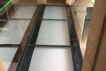 Garde-corps et dalle en verre / Nos gardes-corps en intérieur ou extérieur, sur un balcon, une terrasse, un escalier, la sécurité avant tout. Faites entrer la lumière grâce aux dalles spécialement conçu pour un plancher en verre ou des marches d'escalier.