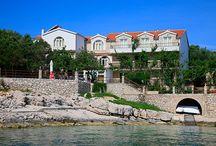 Ubytování ostrov Hvar / Na ostrov Hvar lákají návštěvníky především nádherné pláže a čisté moře. Za návštěvu stojí také historické město Hvar, které patří k nejhezčím v Chorvatsku. Ve vnitrozemí Hvaru můžete obdivovat levandulová pole, polodivoké koně a původní venkovskou architekturu – kamenné domy. Kromě vyhlášených turistických letovisek ukrývá členité pobřeží Hvaru mnoho malebných zátok s liduprázdnými plážemi. Díky množství FKK pláží si na Hvaru přijdou na své také naturisté.