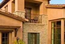 fachadas de casas mediterraneas cor laranja sobradocom pedras