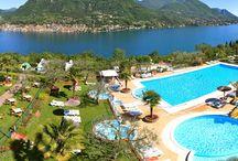 Camping Italië / Op de camping in Italië wordt je omringt door bergen, meren of de kust. Geniet er van de cultuur, de bekende Italiaanse keuken en drinken. Lekker zonnen aan de kust of de mooie steden ontdekken.