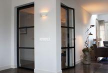 Ederveen: enkele deuren van glas en staal / In Ederveen hebben we een woning mogen voorzien van twee enkele deuren van staal. De stalen deuren hebben elk een drie vakverdeling met ramen van veiligheidsglas. Door te kiezen voor een drie vakverdeling verstoren de horizontale profielen de zichtlijn minimaal. De deuren zijn afgewerkt met opliggende scharnieren, design handgrepen van Formani en alles met een matzwarte RAL 9005 poedercoating afgewerkt.