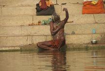 Bagni sacri nel Gange / Circa 10 milioni di fedeli indu' sono attesi al 'Maha Kumbh Mela', un grande raduno religioso che si svolge ogni 12 anni nello stato dell'Uttar Pradesh, alla confluenza dei fiumi sacri Gange e Yamuna e del mitologico Saraswati.