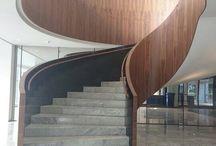 Willemswerf Rotterdam / Een bijzondere trap geplaatst in de Willemswerf Rotterdam.  Dit pand is onder andere bekend omdat: Jackie Chan van de 'knip' in de gevel gleed in zijn film 'Who am I'  De trap is opgebouwd uit staal door Van der Vegt. Aan de bijenkant is de trap bekleed met hout. De treden zijn bewerkt met steen. Deze combinatie van matrialen zorgt voor een prachtig eind resultaat!