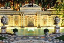 Вилла Versace  / Несколько дней назад вилла Джанни Версаче, которая стала местом его трагической гибели, была продана на аукционе в США за 41,5 млн долларов.