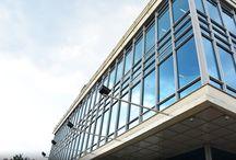 Renowacja fasady aluminiowo-szklanej / Odnowiliśmy wygląd fasady aluminiowo-szklanej, przenosząc budynek w teraźniejszość. Zdemontowaliśmy szyby i zamontowaliśmy nowe, lakierowaliśmy profile zewnętrzne i ozdobne, wymieniliśmy uszczelki oraz dokonaliśmy konserwacji konstrukcji stalowej. Dzięki naszej pracy fasada wygląda nowocześnie, ale przede wszystkim jest szczelna i zyskała wyższą izolację termiczną. Więcej na: http://www.przybylski.net.pl/realizacje/dom-handlowy-jubilat-krakow/