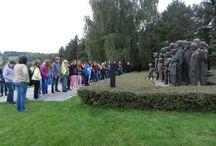 Školní exkurze v Lidicích / děti při návštěvě Lidic.