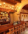 Coteau St-Paul, verger, vignoble et cidrerie / Situé sur le versant sud du mont Yamaska, le vignoble Coteau St-Paul est aussi un verger de libre-cueillette de pommes et de raisins de table, de même qu'une cidrerie et cave à vin campée dans un bâtiment d'inspiration franco-normande du 16e siècle avec salle de réception et terrasse. Bénéficiant d'un micro-climat exceptionnel, à plus de 75 mètres d'altitude, ce site offre une vue magnifique sur la région sud-est du Québec.