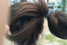 Für lange Haare / Man muss einen hohen Zopf machen daraus macht  man einen Dutt und daraus macht man dann eine Schleife