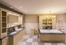 Klassieke badkamers / Een klassieke badkamer kenmerkt zich als tijdloos en is van alledaagse gemakken voorzien. Klassieke badkamers zijn een veel gekozen badkamerstijl, aangezien deze badkamerstijl over jaren nog steeds modieus blijft. Een klassieke badkamer varieert van eenvoudig tot chic en is voorzien van traditionele kleuren. Populaire klassieke badkamerstijlen zijn: Engelse badkamers, Franse badkamers en Nostalgische badkamers.