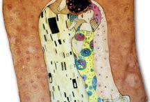 Gustav Klimt / Umelecké hodvábne šatky ktorých motívom bol svetoznámy rakúsky maliar Gustav Klimt. Jeho dielo THE KISS bolo oslavou života, ale najmä ženy. www.mariejean.eu