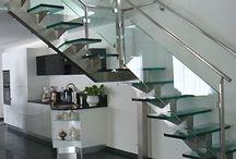 Escalier limon central Manhattan / Manhattan central beam stairs / . escalier : autoportant droit, quart ou demi tournant . structure : limon central en inox ou en acier laqué . marches : verre / bois (chêne, hêtre, ou autre sur demande) / inox / acier laqué . garde-corps : verre et inox / inox / verre et acier laqué / acier laqué