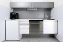Weniger ist mehr / Design und Funktionalität müssen auch in einem kleinen Raum keine Gegensätze sein – wie die 2 kleinen Büro- und Teeküchen hier beweisen. Je kleiner die Küche ist, desto wichtiger ist es, dass alles, was für Kaffee, Tee & Co nötig ist, leicht erreichbar und zweckmäßig verstaut ist, ohne dabei auf eine ansprechende Optik zu verzichten. Die Kundenküche ist ein wenig großzügiger angelegt und hält auch starkem Pausenandrang stand.