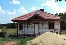 Projekt domu Ambrozja / Projekt domu Ambrozja to domek dla 3-4 osobowej rodziny, mogący służyć zarówno jako domek całoroczny jak i letniskowy. Wnętrze domu Ambrozja ukształtowano z podziałem na część ogólną, dzienną - z salonem oraz część prywatną, nocną z dwoma sypialniami i łazienką na parterze oraz dwa pomieszczenia na poddaszu mogące pełnić funkcję sypialni.