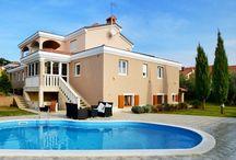 Kroatien - Luxuriöse Villa - Markovac / Viel Platz, Luxus und Naturstein, gepaart mit Stucco-Veneziano, schaffen in diesem Haus eine besondere Atmosphäre.  Großer Wohn- und Essbereich, offener Kamin, Wintergarten, Bar und maßgefertigte Einbauten.