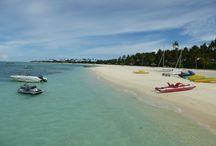 Malediven - Atmosphere Kanifushi / Das Resort liegt im Lhaviyani Atoll und ist mit dem Wasserflugzeug in gut 35 Minuten zu erreichen. Entspannen Sie an einem einmalig schönen kilometerlangen Sandstrand, gesäumt von Palmen.
