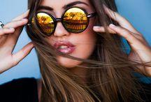 Sonnenbrillen und Hüte