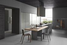 Light - Kitchen / Progettare ambienti domestici, quotidiani e tradizionali non è semplice se si è alla ricerca di un nuovo modo di abitare la casa: il vetro offre questa possibilità riflettendo in un continuo senza interuzioni, la tradizione e l'innovazione nell'arredo domestico.