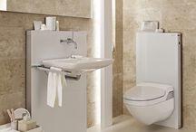 • Een kleine badkamer / De gemiddelde Nederlandse badkamer heeft nou eenmaal niet het formaat van een balzaal, zoals je vaak in brochures en showrooms ziet. Vandaar een bord met mooie, maar zeker ook praktische inspiratie voor de compacte badkamer. | www.sphinx.nl | www.geberit.nl | sanitair | toilet | badkamer | inspiratie | badkamerinspiratie | klein | functioneel | design | interieur | interieurdesign | interiordesign