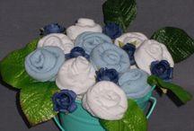 """Bouquets de socquettes / Bouquet de socquettes, de layettes. Idée cadeau naissance ou pour simplement faire plaisir à une maman tout en offrant un cadeau utile ! Cadeau utile, original et unique !!  Un bouquet de fleur pour la maman ! Oui mais pas seulement ! Bébé aussi profitera des """"fleurs""""...  En effet, dans chaque fleur se cache une chaussette !"""