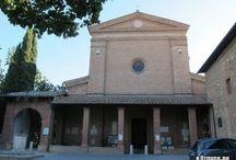 Сиена. Базилика Оссерванца (Basilica dell'Osservanza ). / Базилика дель Оссерванца – католическая церковь, расположенная на окраине Сиены на холме Колле делла Каприола. Она построена в 1490 году, вероятно, по проекту архитектора Франческо ди Джорджио, а в 1495-1496 г. расширена по инициативе местного правителя Пандольфо Петруччи. Сегодня это самая важная сиенская церковь, находящаяся за пределами самого города, - именно здесь когда-то останавливался святой Бернардин, итальянский священник 15-го века, покровитель коммуникаций.