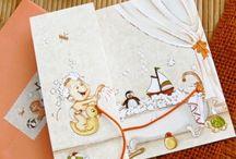 Invitatii de botez / Invitatii de botez cod 15419 - in forma de cutiuta. Textul se tipareste in interiorul cartonasului care se pliaza in doua parti egale. Pe coperta acestuia gasim o pisicuta si o panglica verde. Cartonasul se introduce intr-o cutiuta verde cu bulinute colorate. Fata invitatiei de botez cod 15419 este realizata cu imaginea unei pisicute, unui ursulet si a unui calut. Dimensiunile invitatiei sunt de 14,5 cm latime si 14,7 cm lungime.