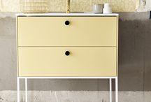 BADRUM - Lessmore / Stram och elegant med en twist för den medvetne kunden presenteras Lessmore med minimalistisk stil som tänjer på gränserna. möbeln kan monteras vägghängd eller med tunna benstativ i stål som tillval. serien erbjuds i vitt samt de fyra nya kulörerna puderrosa, sandgul, mintgrön och djupblå.