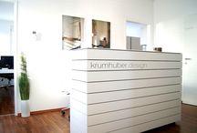 Schauraum. | krumhuber.design / Besuchen Sie unser Büro in Sattledt und lassen Sie sich von Ing. Peter Krumhuber beraten! Holen Sie sich Inspirationen und planen Sie Ihren Wohntraum bei krumhuber.design.