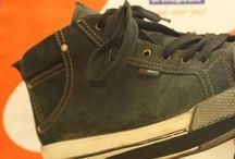 Aanpassingen aan confectieschoenen (OVAC) / Bij een voetprobleem maakt een kleine aanpassing aan je confectieschoen soms al een groot verschil. Een gewone schoen loopt ineens veel prettiger wanneer wij aan de binnen- of buitenkant een aanpassing aanbrengen. Uiteraard zonder het uiterlijk van de schoen drastisch te veranderen.