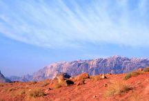 """Giordania / """"Ecco qui invece – arrivati noi a Petra - urne medicee squisite e raffinatissimi obelischi egizi sui vari timpani dei sepolcri nella roccia."""" Alberto Arbasino, Passeggiando tra i draghi addormentati."""