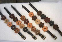 Spring Bra / Pulseras de tiras de 1 cm. con apliques de flores troqueladas con diferentes terminaciones. Regulables con hebilla. Todo en cuero.