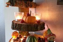 Inspiratie || Herfsttafels / Het is altijd even balen als de zomer weer voorbij is, maar gelukkig heeft de herfst ook een heel leuke kant. Het is namelijk een ontzettend sfeervol seizoen en hier laten we je zien hoe je de herfstsfeer terug kan laten komen aan tafel!