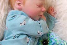 Murilo - Kit Thomas Asleep / O Murilo foi criado a partir do kit Thomas Asleep, um realborn de edição limitada. É um recém nascido prematuro, de olhinhos fechados, cabelo enraizado com 2 tons de mohair super premium loiro claro e ruivo, feito com cabeça, braços 3/4 e pernas inteiras em vinil, com corpo de tecido articulado.
