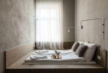 Kleine Schlafzimmer Design-Idee – Ein Teppichboden Einbaubett Plattform